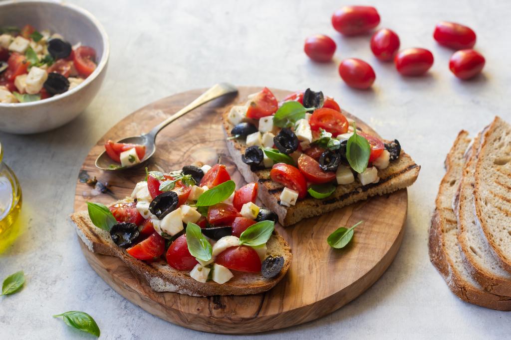 Bruschetta caprese – z mozzarellą, pomidorami i bazylią