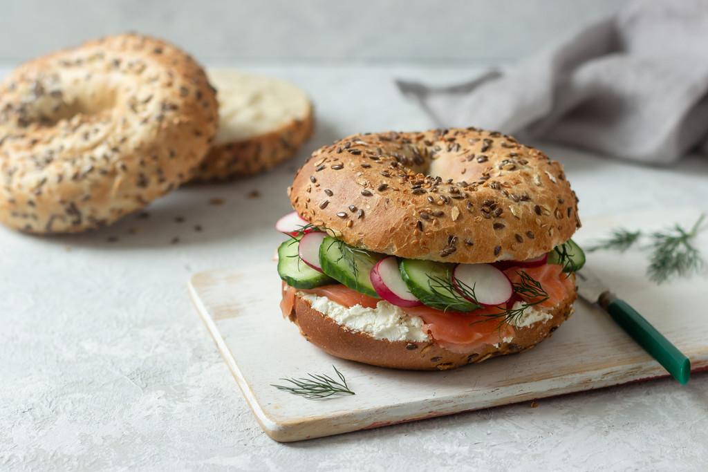 Zdrowa kanapka do pracy – bajgiel z łososiem i serkiem