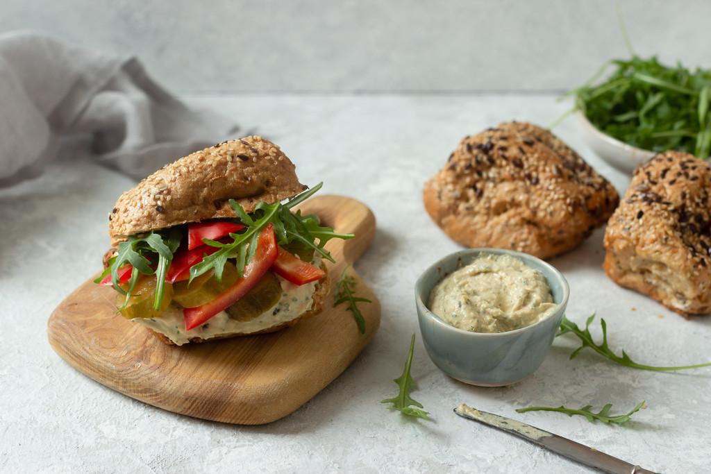 Zdrowa kanapka do pracy z hummusem i warzywami